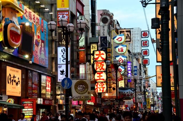 大阪府知事曰、「現在特区民泊制度不能満需要、我欲改善制度」